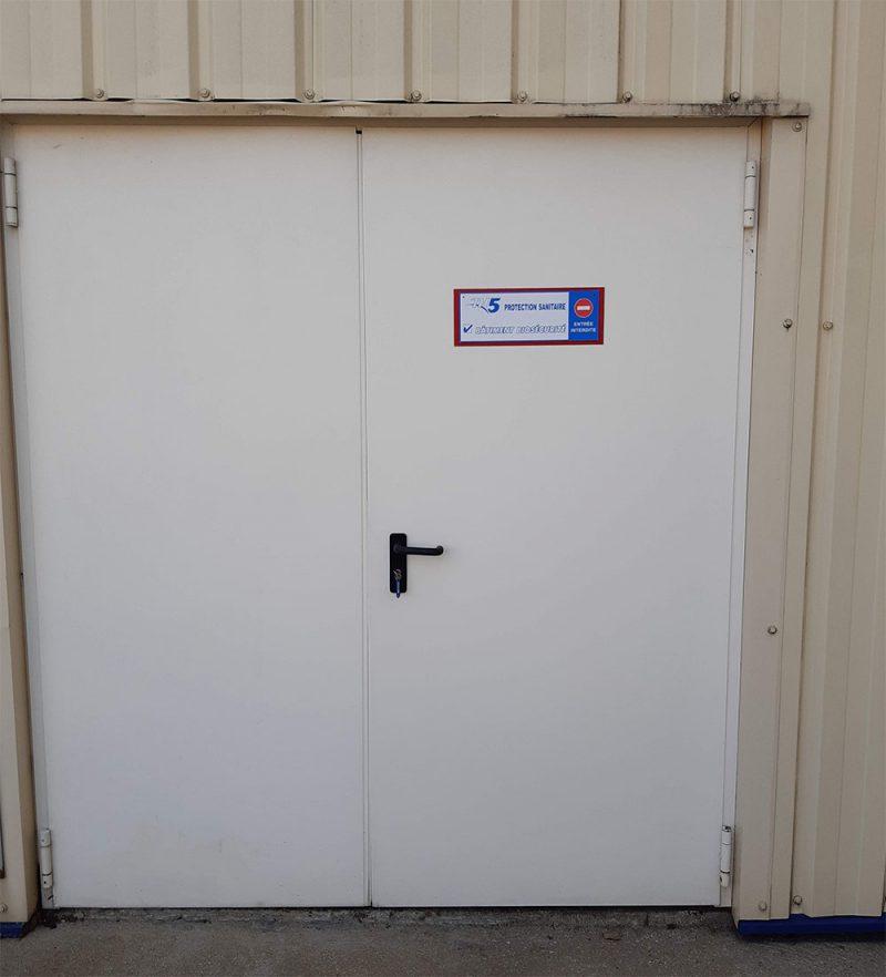 Entrée d'un bâtiment d'élevage de lapins en cours de désinfection avec TH5